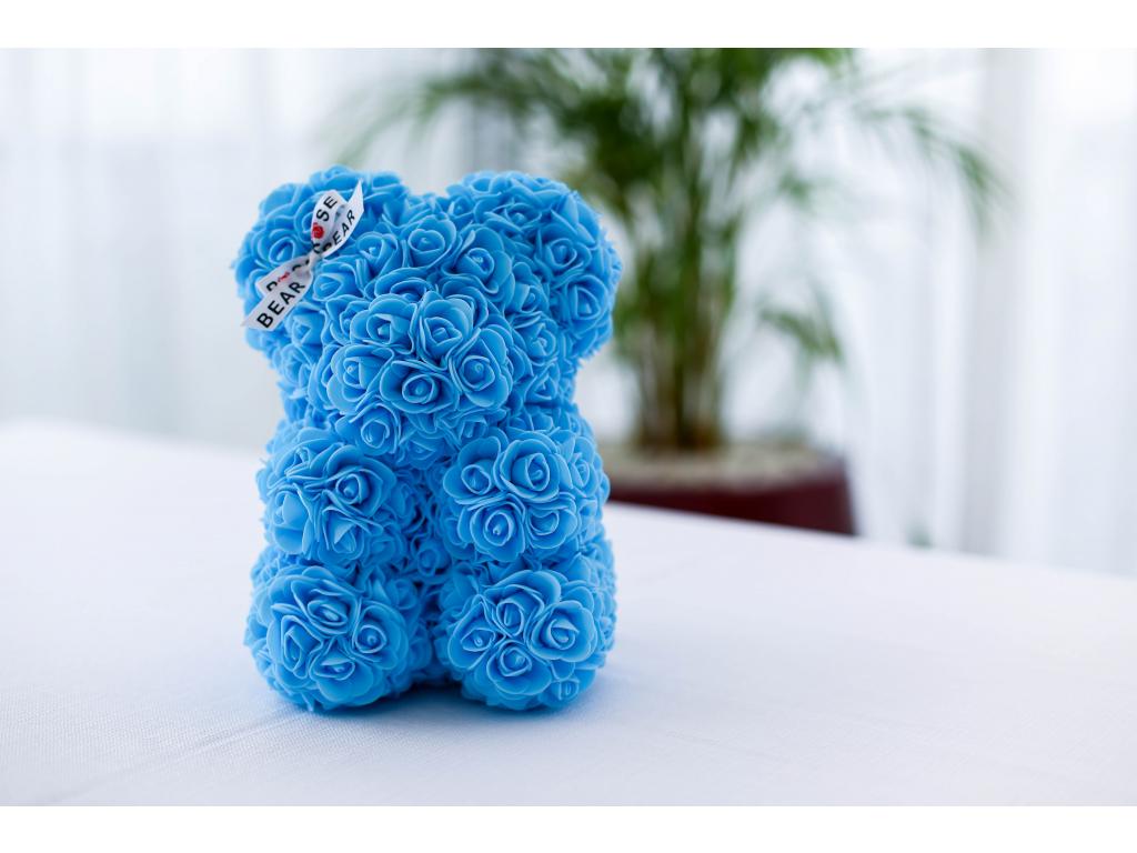 Světle modrý medvídek z růží se stuhou