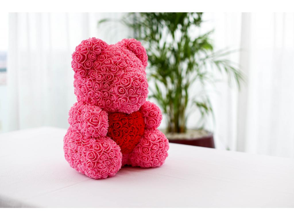 Růžový medvídek z růží s červeným srdcem