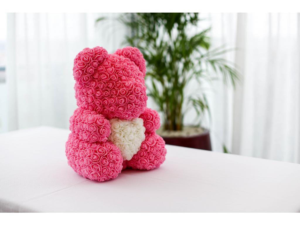 Růžový medvídek z růží s bílým srdcem