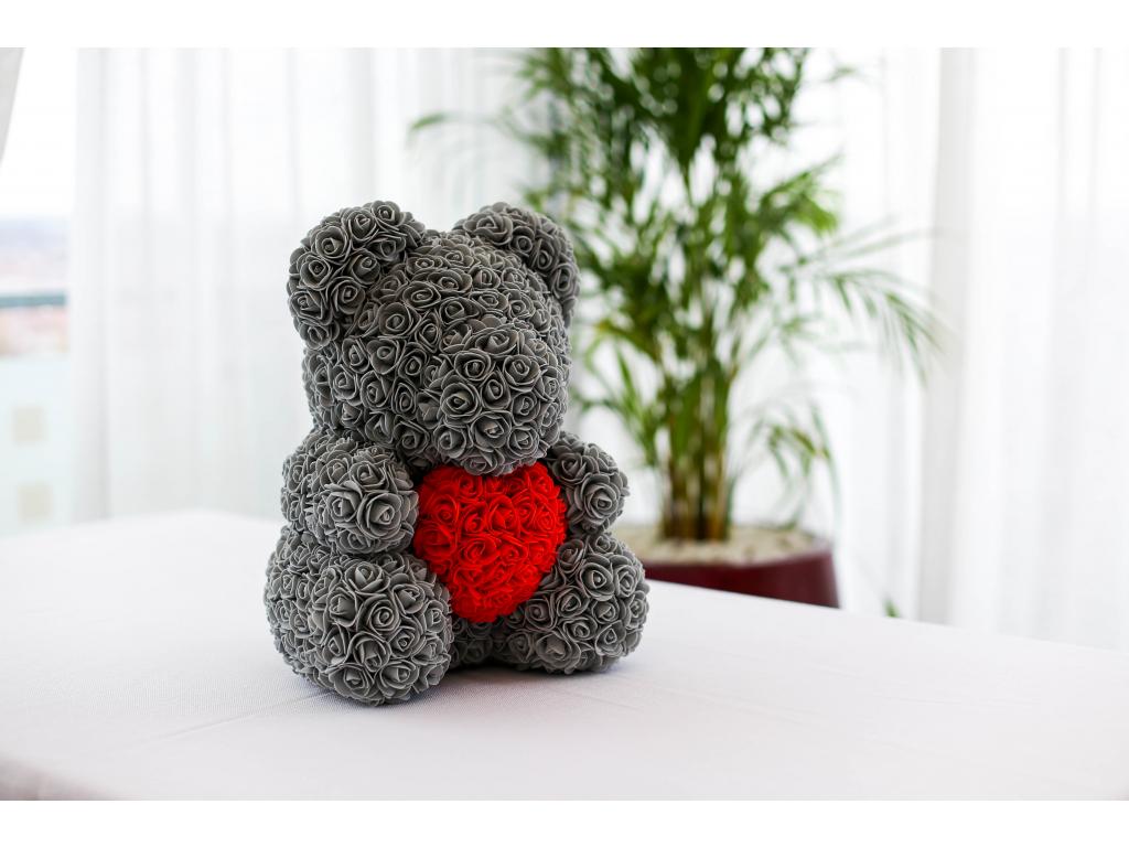 Šedý medvídek z růží s červeným srdcem