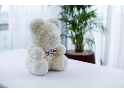 Bílý medvídek z růží