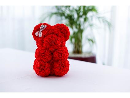 Červený medvídek z růži se stuhou