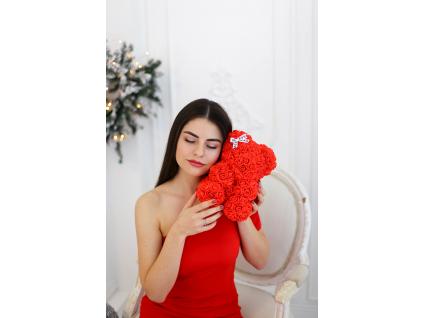 Červený medvídek z růží