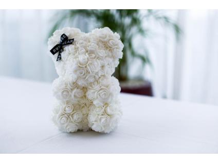 Bílý medvídek z růží se stuhou