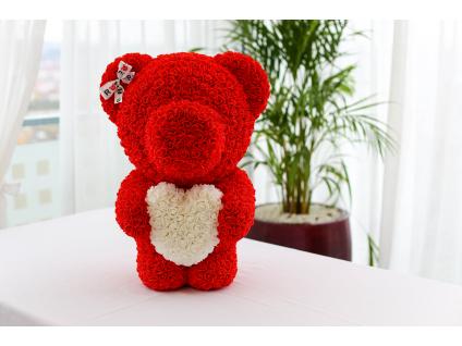 Červený stojící medvídek z růží s bílým srdcem