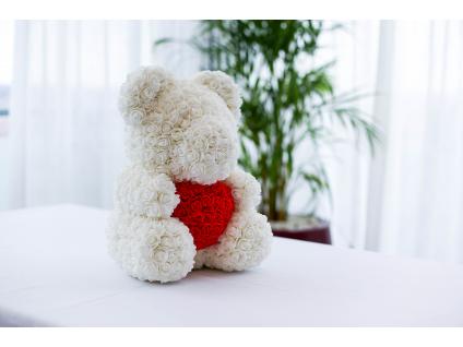 Bílý medvídek z růží s červeným srdcem