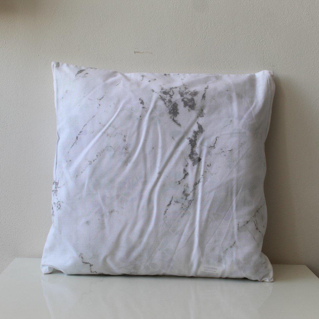 Polštářek batikovaný bíločerný