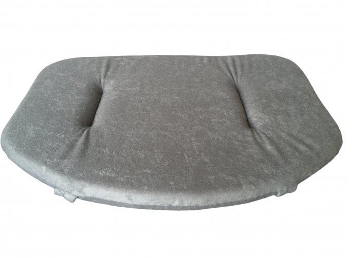 sedák šedý bílé pozadí