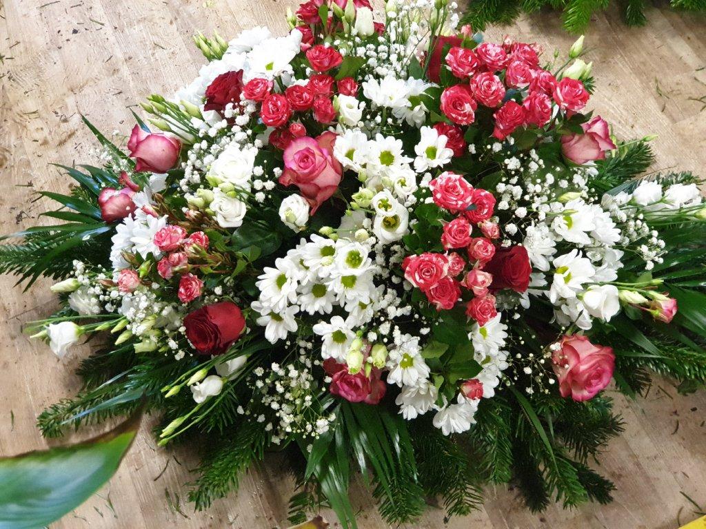 ikebana zo živých kvetov červeno biela