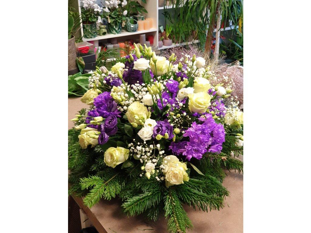 ikebana zo živých kvetov bielo fialová