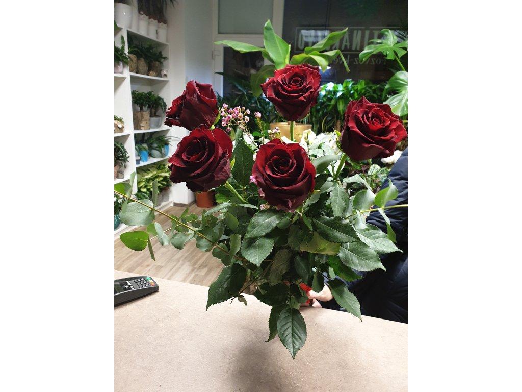 kytica z červených ruží