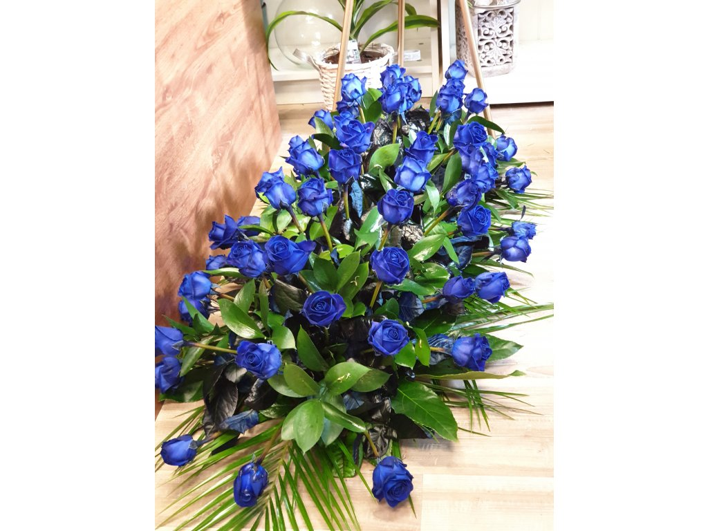 smutočná ikebana z modrých ruží