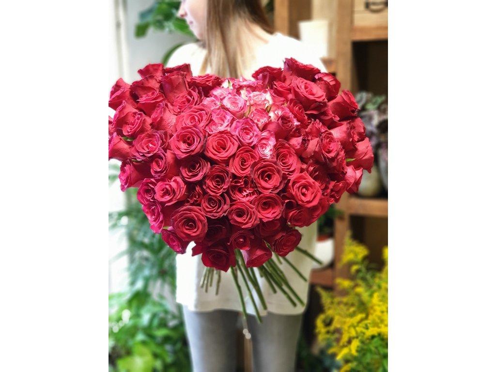 kytica z červených ruží v tvare srdca