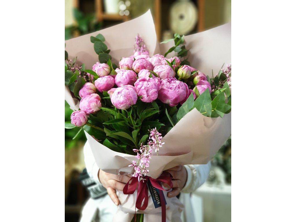 kytica ružovych pivoniek