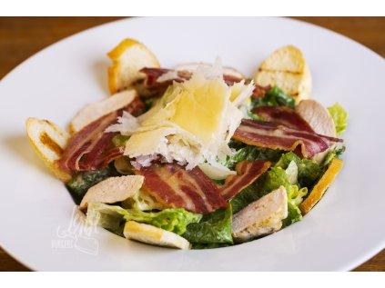 Caesar salát s rozpečenou slaninou a kuřecím