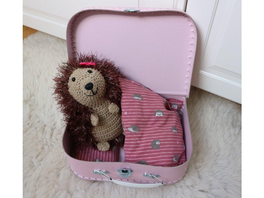 Ježek v růžovém kufříku