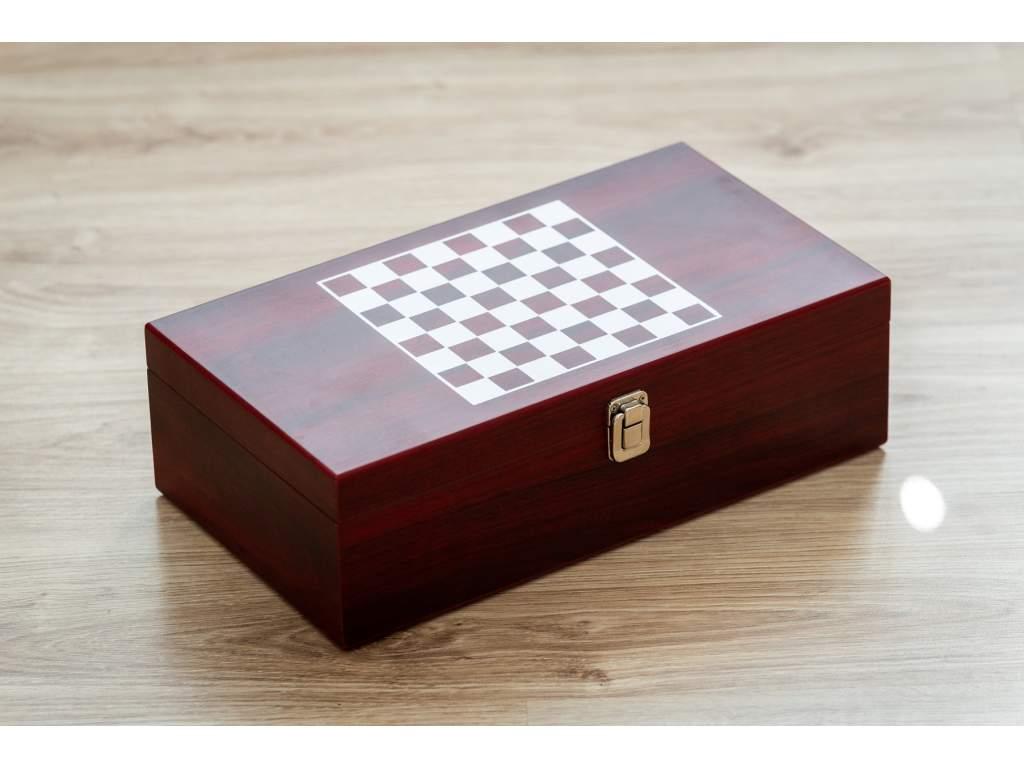 šachová kazeta a pohár na víno