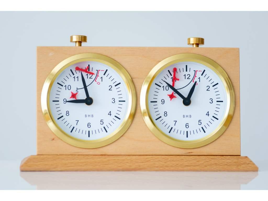 Analógové drevené šachové hodiny s podstavcom  + doprava zdarma