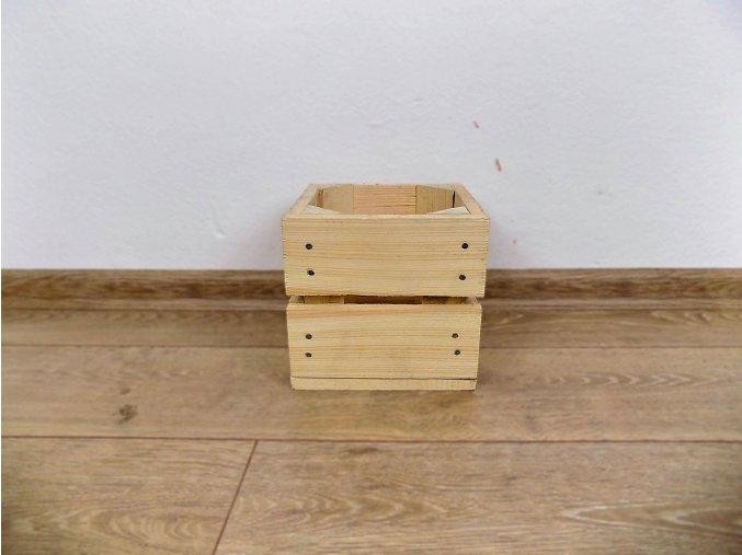Dřevěná bedýnka ve tvaru čtverce