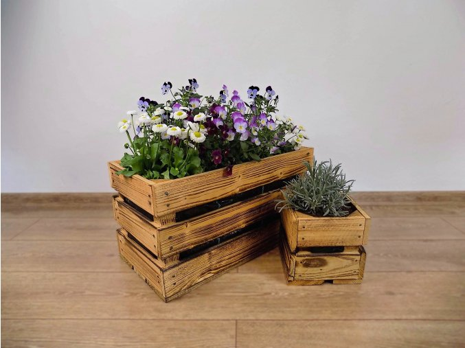 Dřevěné bedýnky opálené truhlík a květináč