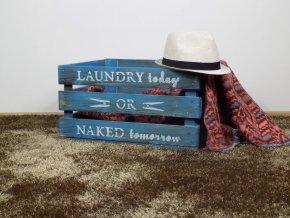 Dřevěná bedýnka na prádlo patinovaná s dekoracemi
