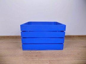 sytě modrá dřevěná bedýnka měřící 50x40x30 cm