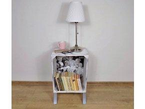 Noční stolek na knihy a lampu z bedýnky
