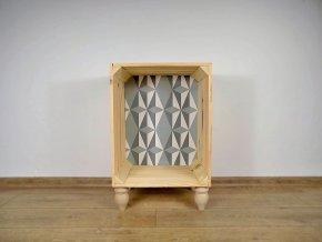 Stolek hodící se k posteli s abstraktními vzory. Ze dřeva a voňavý.