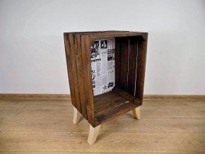 : Vysoký odkládací stoleček hnědé barvy focen zepředu