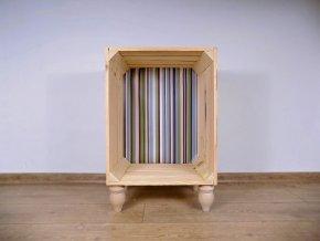 Dřevěný odkládací stolek s barevnou tapetou