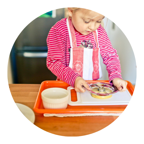 Víte, proč M. Montessori používala tácy a koberečky?