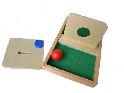 Deska s otvorem k prostrkávání míčku a disku