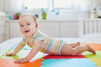7.měsíc miminka aneb Lezení a uchopování