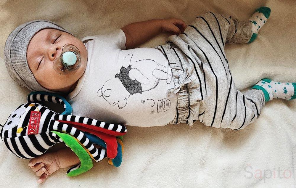 kontrastní hračky pro novorozence
