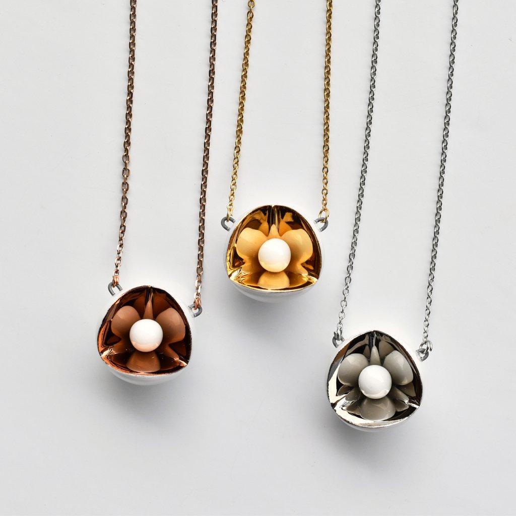 Porcelánový náhrdelník s platinou a zlatem