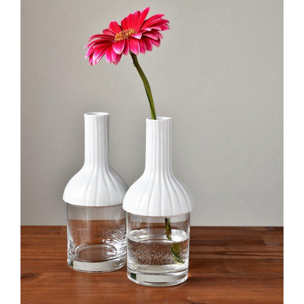 porcelánová váza se sklenkou