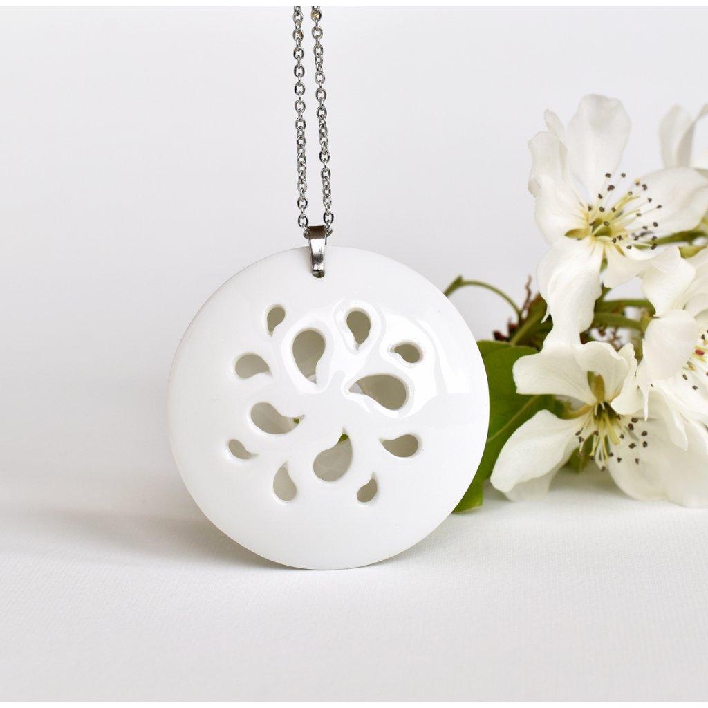 čistě bílý porcelánový náhrdelník