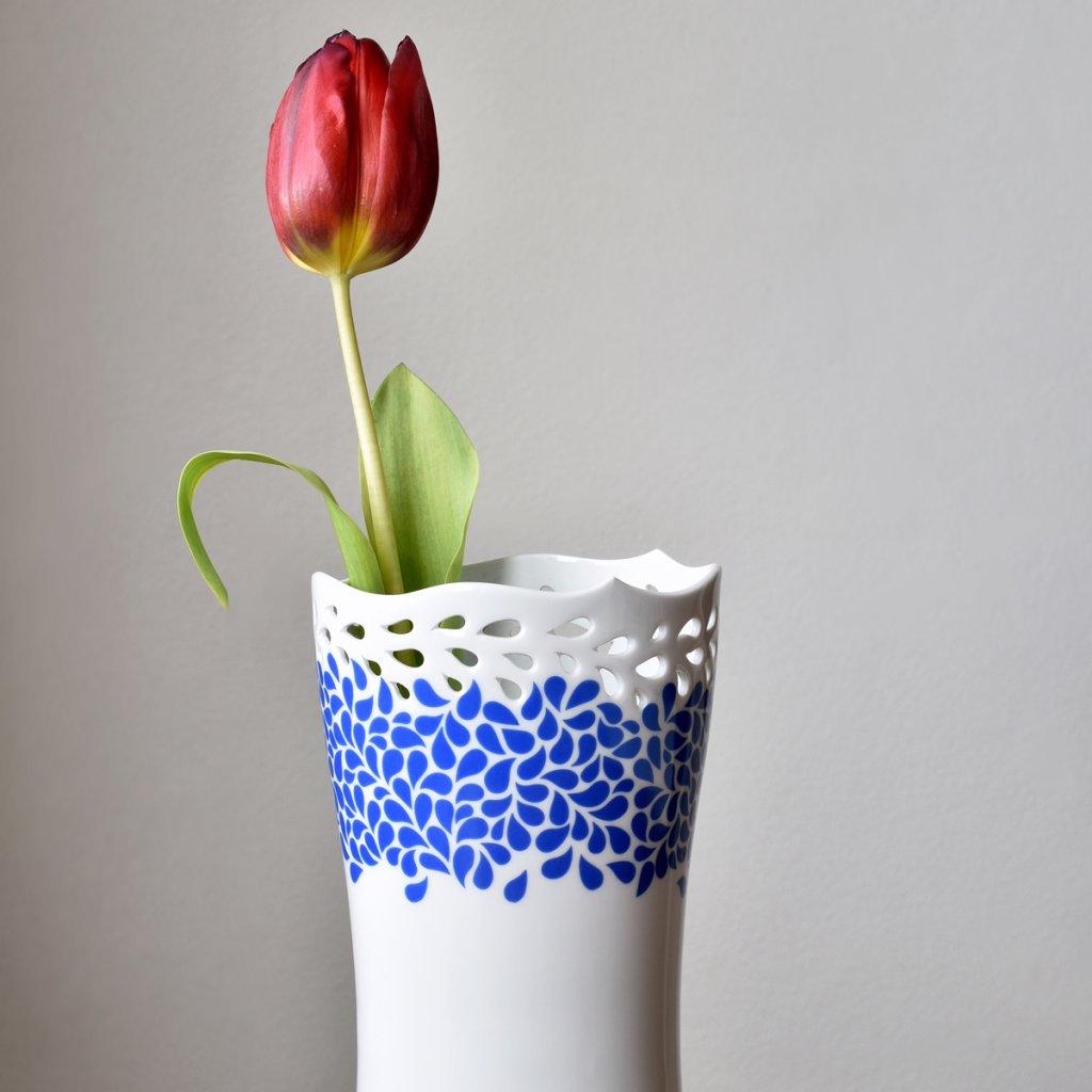 porcelánová váza s kobaltově modrým dekorem