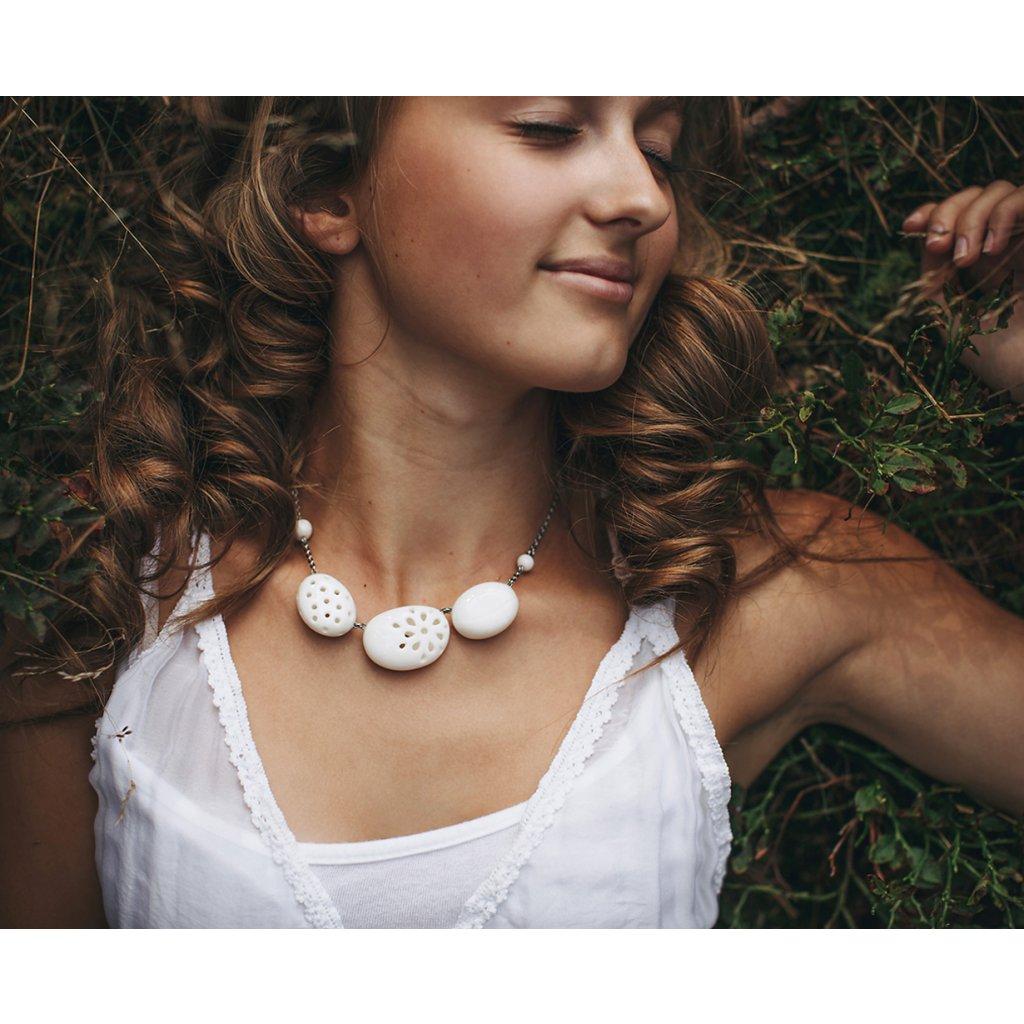 porcelánový náhrdelník oblázkový