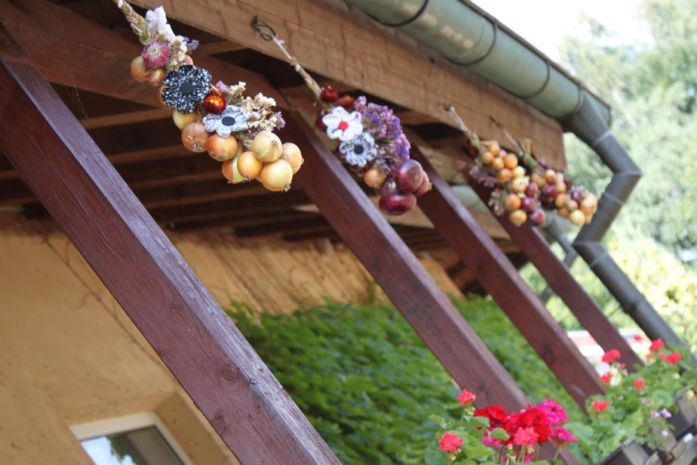 Podzimní dekorace - cibulový cop ozdobený květy