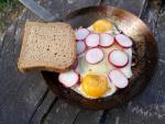 Ocelová pánev, snídaně, vajíčka, volská oka