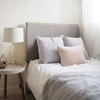 Hogyan lehet berendezni egy kis hálószobát skandináv stílusban?