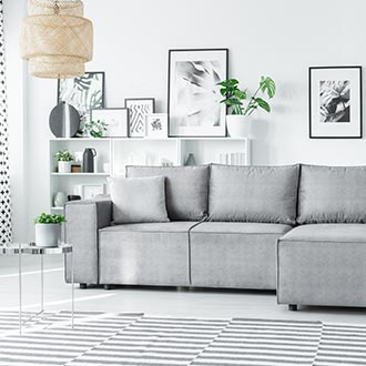 Paneláková obývacia izba v škandinávskom štýle