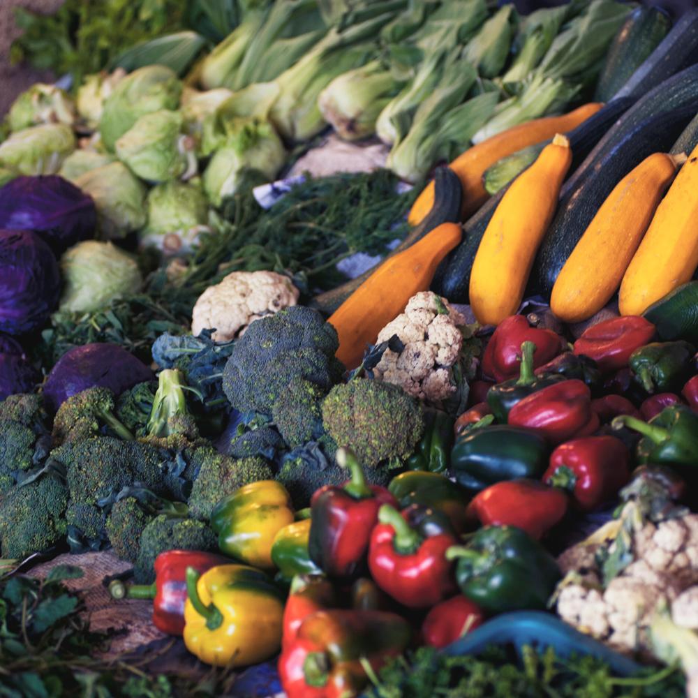 Vitamín C (kyselina askorbová) je životně důležitý pro tvorbu kolagenu a velký posilovač imunity, je také silným antioxidantem a čerpat ho můžete jednoduše z ovoce, zeleniny nebo z doplňků stravy.