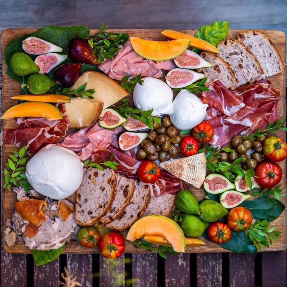Stejně jako trénink, strava je zásadní součástí kulturistiky. Jíst správné potraviny v odpovídajícím množství poskytuje svalům živiny, které potřebují k zotavení z tréninku a stávají se z nich díky tomu větší a silnější svaly.