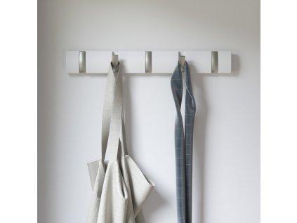 Dřevěný věšák na zeď Umbra Flip 5 s kovovými háčky | bílý
