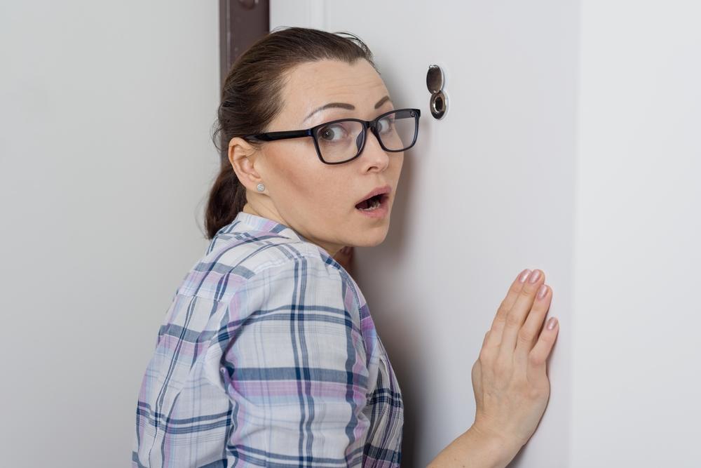 Bezpečnostní tipy pro ženy žijící v bytě samy