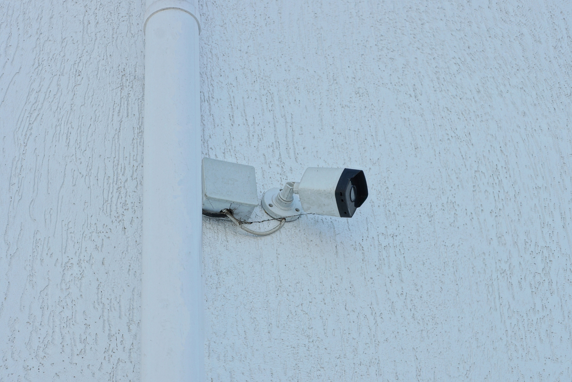 A biztonsági rendszerek (riasztó, kamerarendszerek) kábelezésének megfelelő megvalósítása