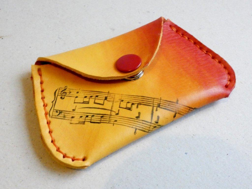 žluto oranžová peněženka