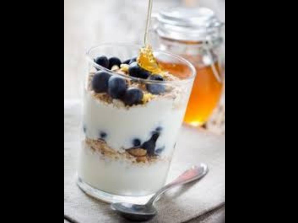 Jogurtový parfait s borůvkami a medem ochuceným CBD olejem